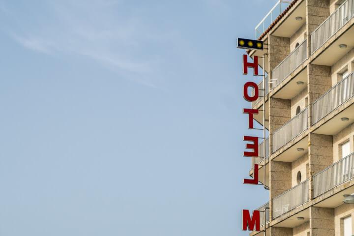 Foto da fachada de um hotel com céu azul